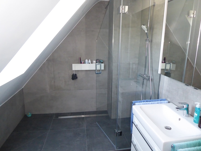 Bad mit Dachschräge nach der Sanierung